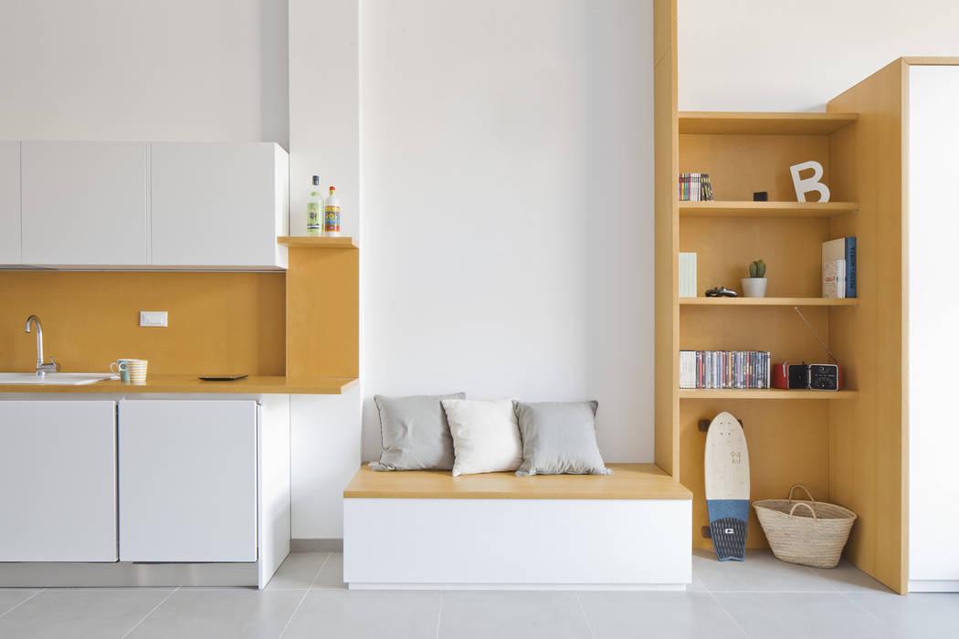 La parete gialla: la sequenza libreria, panca, top-alzata ...