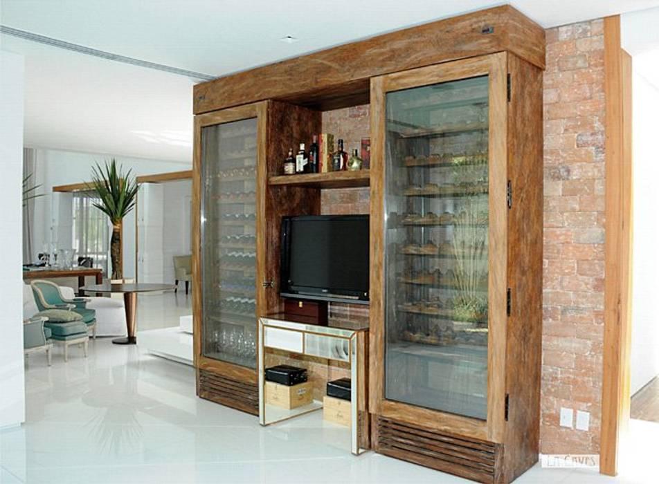 Renata Esbroglio Arquitetura Ruang Penyimpanan Wine/Anggur Gaya Rustic Kayu Wood effect