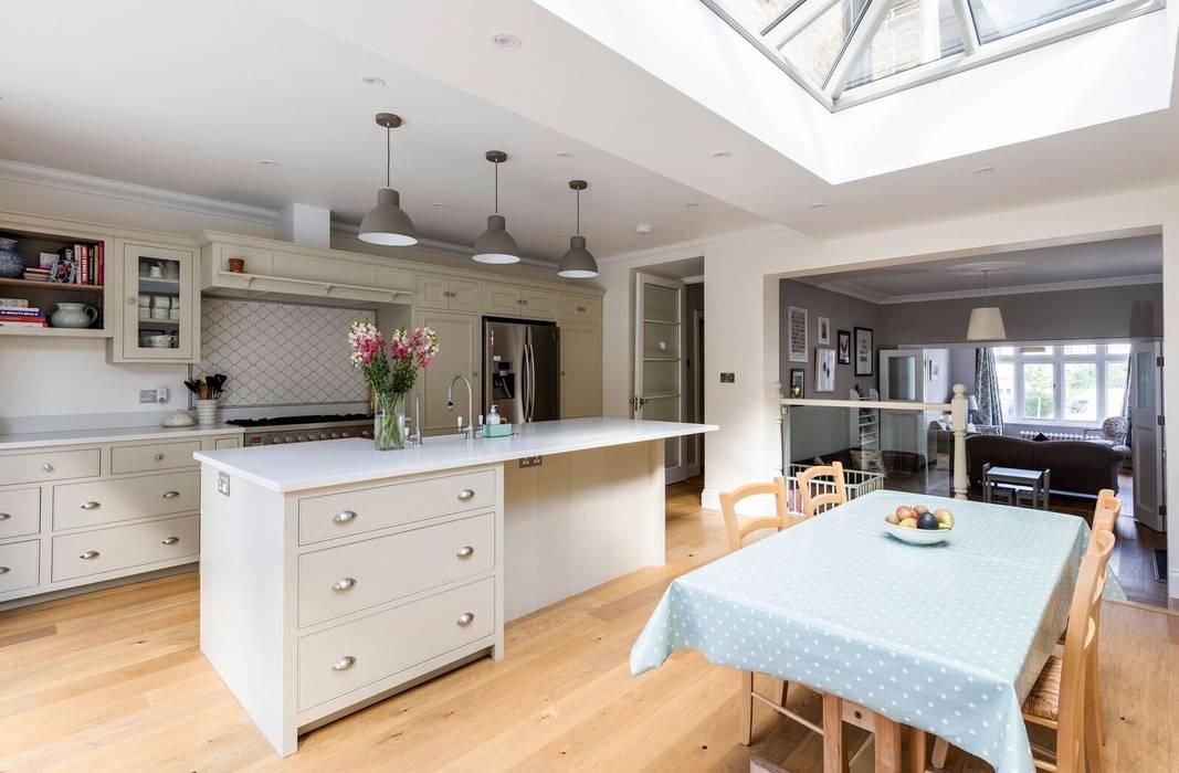 Open Plan Kitchen and Dining Room Comedores de estilo clásico de Resi Architects in London Clásico Madera Acabado en madera