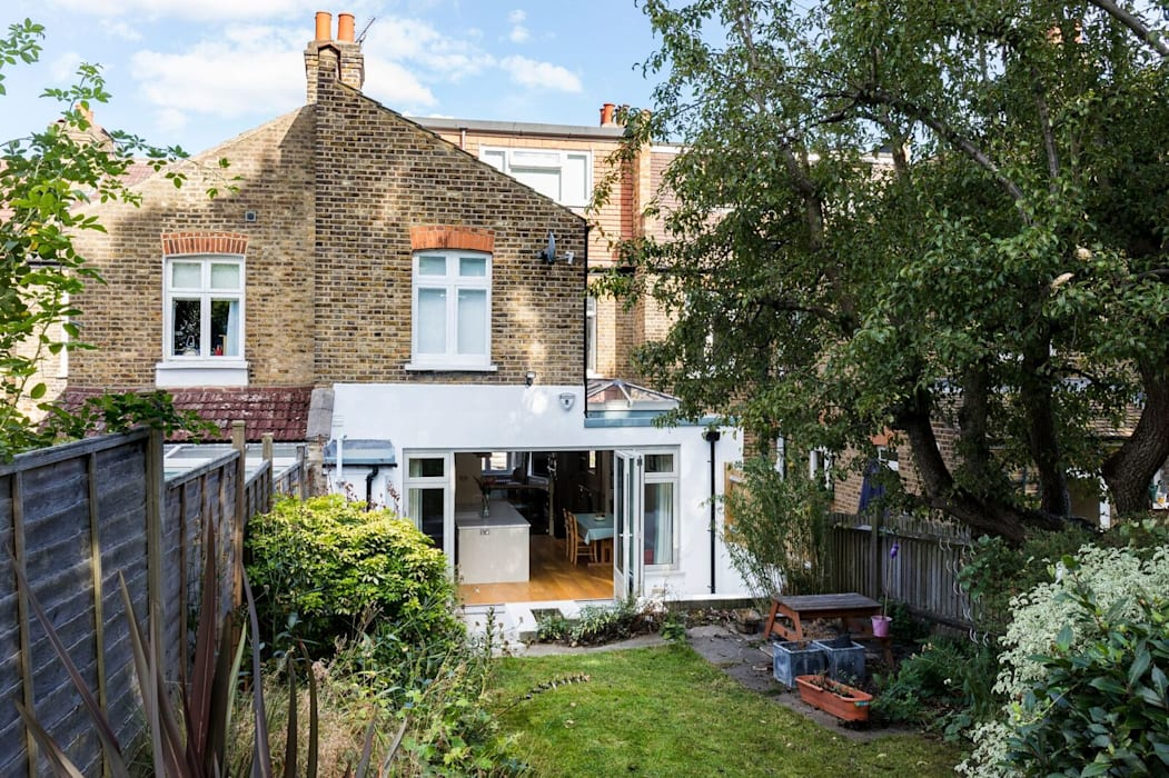 Outside View of the Kitchen Extension de Resi Architects in London Clásico