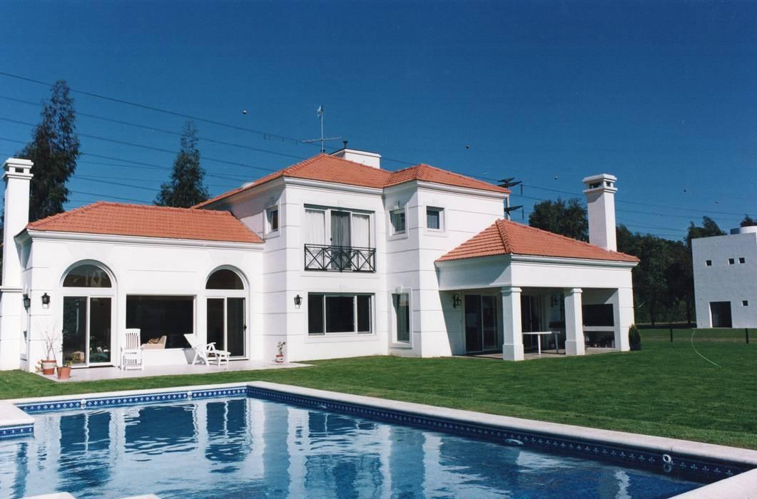 Casa clásica en Mayling C.C. de Estudio Dillon Terzaghi Arquitectura - Pilar Clásico Ladrillos