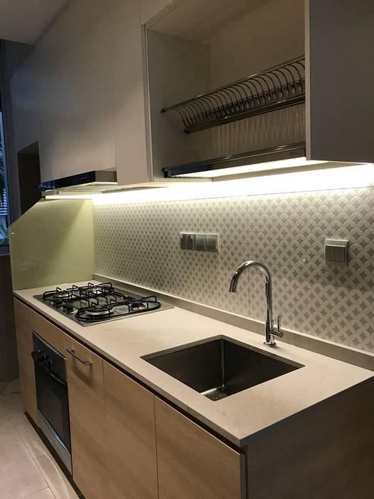 MONOCHROMATIC MINIMALIST THEME:  Dining room by Singapore Carpentry Interior Design Pte Ltd,