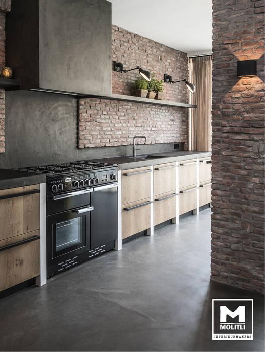 Keuken met betonstuc en steense wand:  Keuken door Molitli Interieurmakers, Industrieel