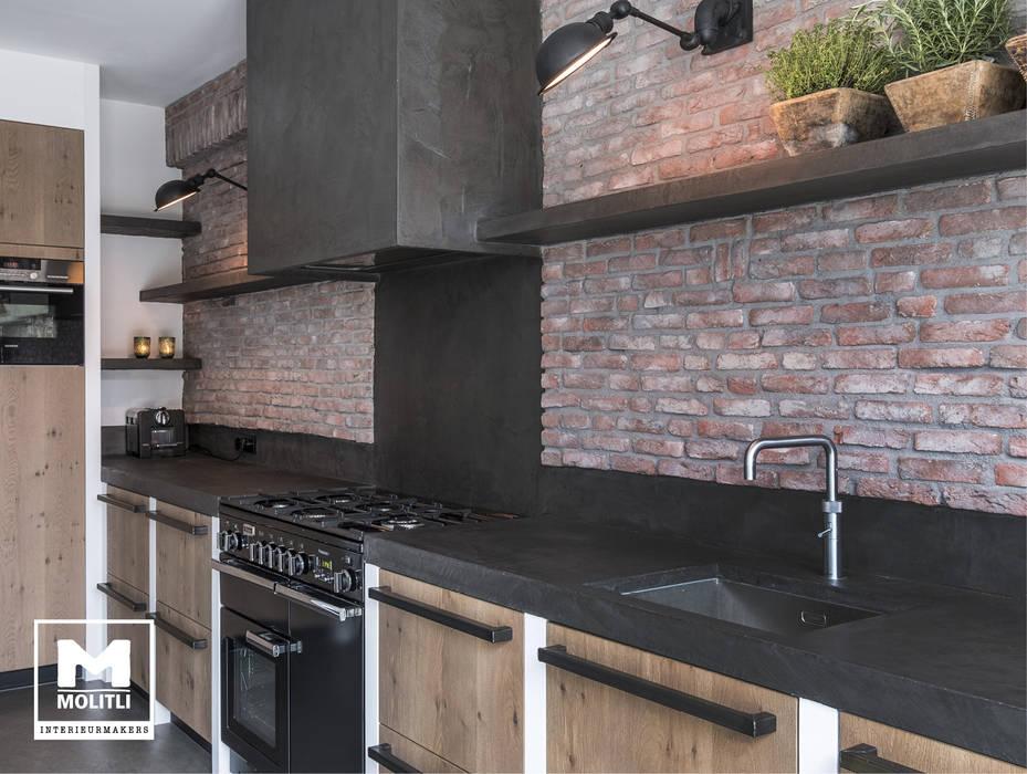 Keuken met betonstuc en steense wand industriële keuken door