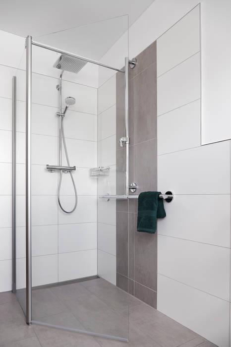 Barrierefreies und modernes badezimmer: badezimmer von banovo gmbh ...