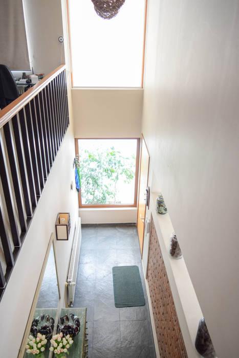 Vista interior, doble altura que comunica visualmente el 1º con el 2º piso Pasillos, halls y escaleras mediterráneos de Arqbau Ltda. Mediterráneo Concreto
