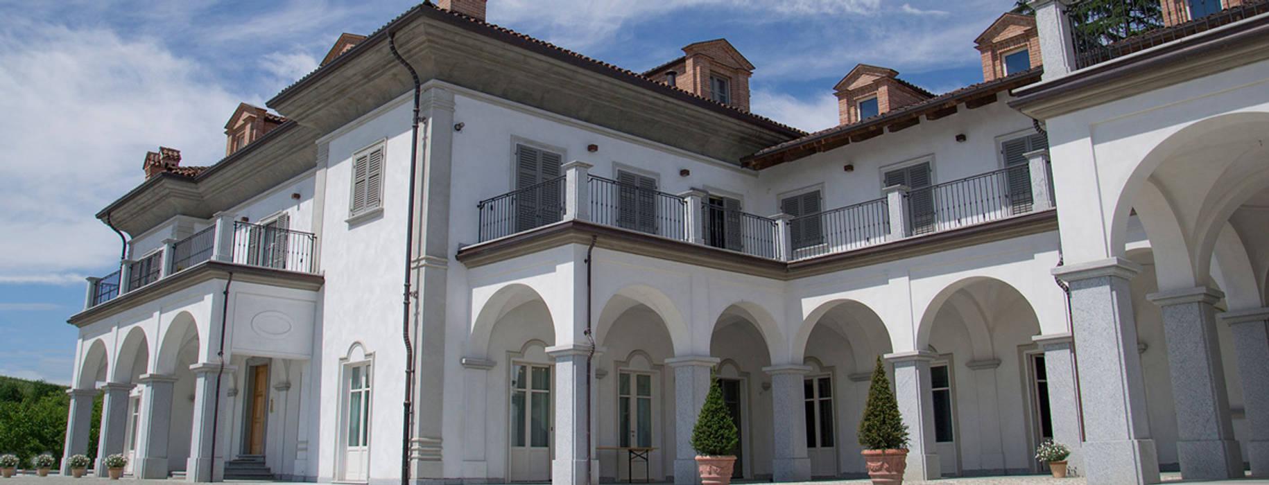 Cascina con scala in Marmo Bianco di Carrara: Scale in stile  di Canalmarmi e Graniti snc
