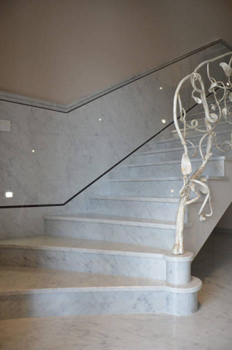 Scala in Marmo Bianco di Carrara: Scale in stile  di Canalmarmi e Graniti snc
