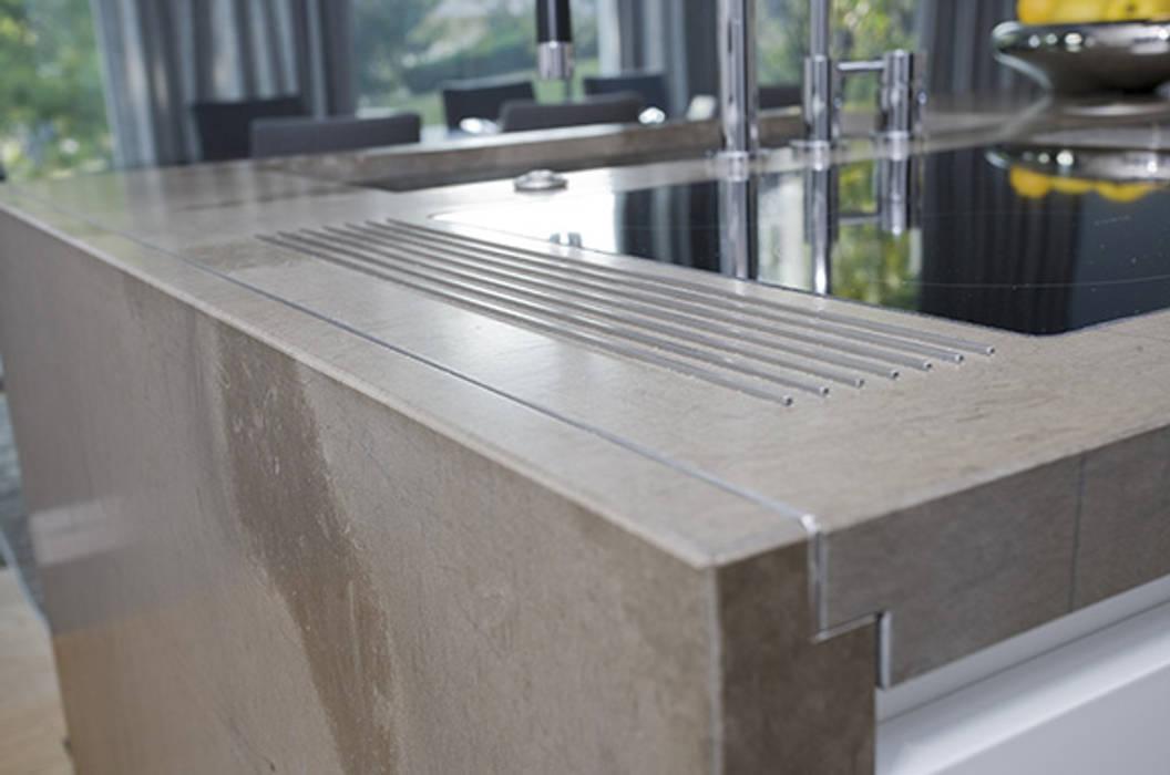 Particolare di lavorazione del top cucina in pietra di Fossena: Cucina attrezzata in stile  di Canalmarmi e Graniti snc