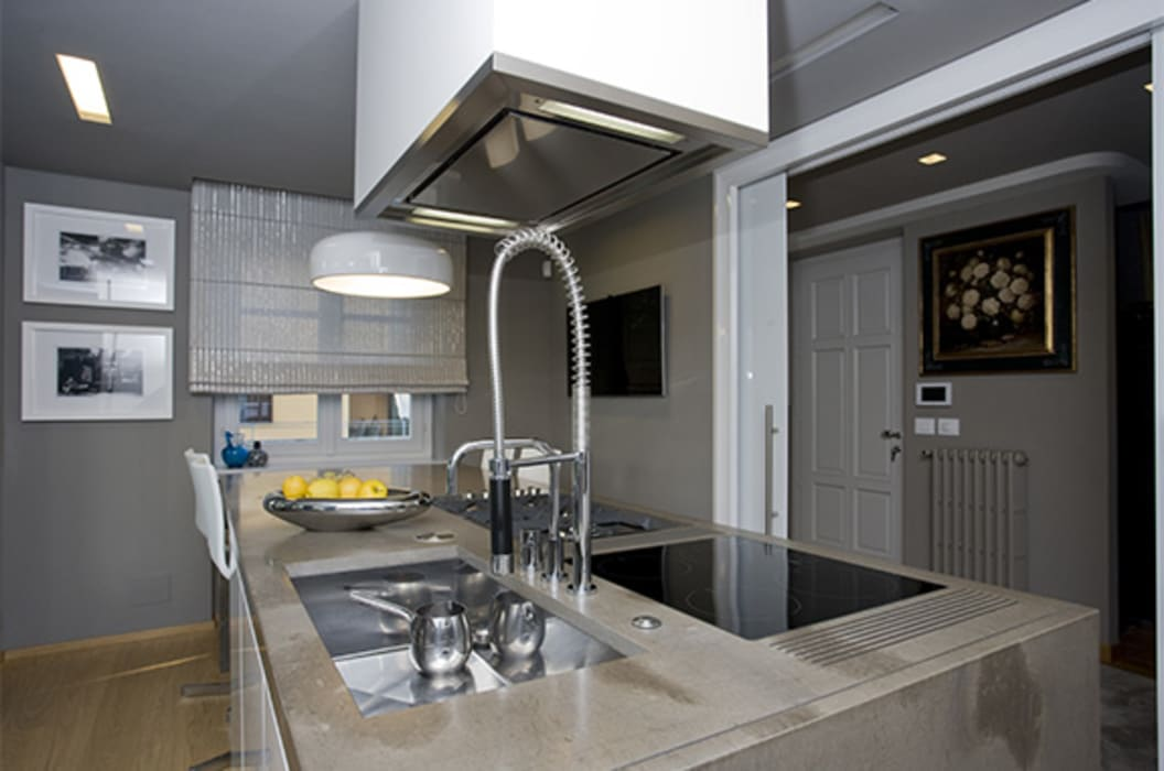 Piano cucina in Pietra di Fossena: Cucina attrezzata in stile  di Canalmarmi e Graniti snc