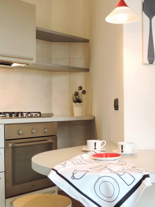 ARREDAMENTOCOMPLETO PER BILOCALE IN AFFITTO: Cucina in stile in stile Moderno di Boite Maison