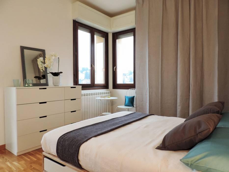 ARREDAMENTOCOMPLETO PER BILOCALE IN AFFITTO: Camera da letto in stile  di Boite Maison