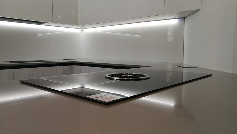 Cucina Rovere Bianco e Laccato Bianco: Cucina in stile in stile Moderno di Formarredo Due design 1967