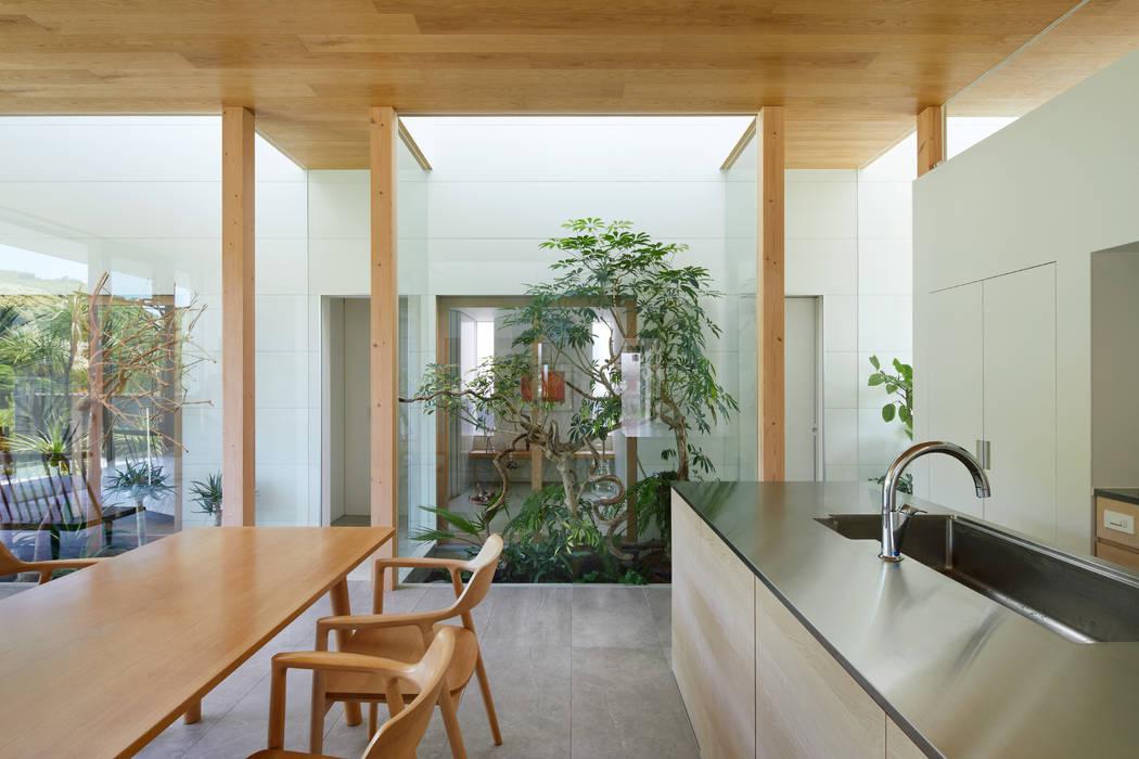 坪庭: 藤原・室 建築設計事務所が手掛けた階段です。