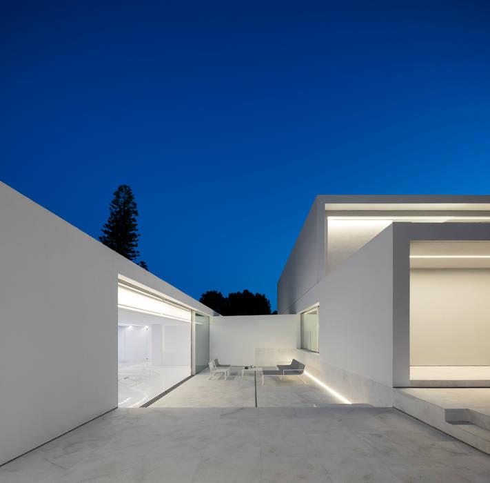 Casa entre la Pinada: Casas de estilo  de FRAN SILVESTRE ARQUITECTOS