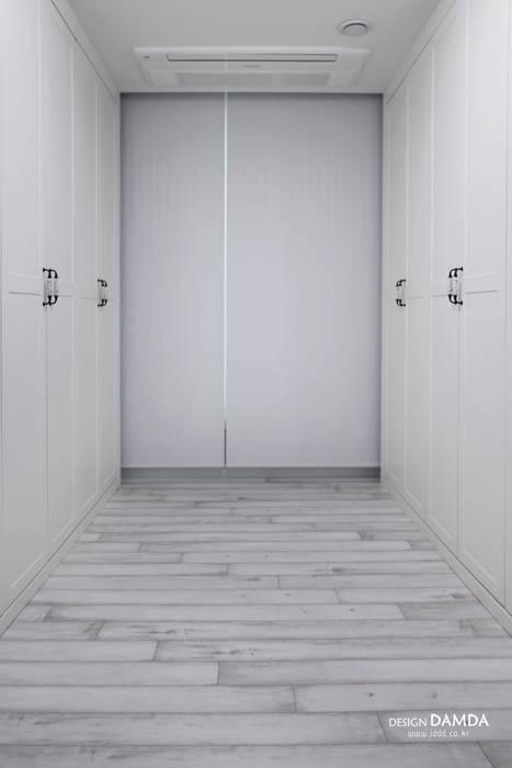 Salle multimédia moderne par 디자인담다 Moderne