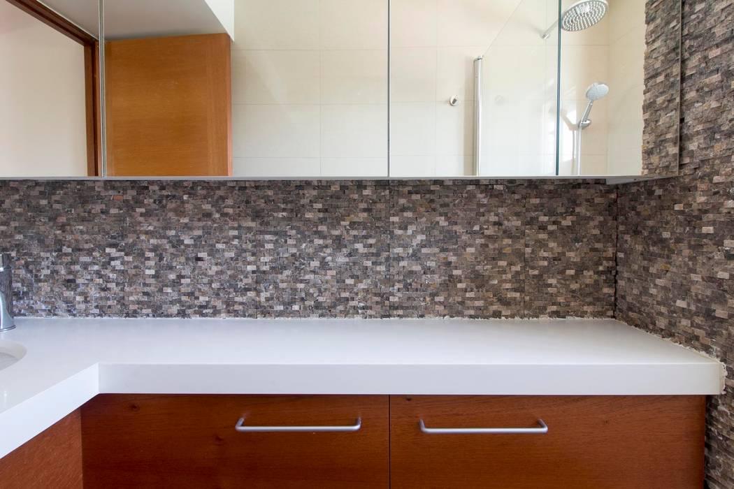 Casa Simón Gonzalez: Baños de estilo  por Crescente Böhme Arquitectos, Moderno Piedra
