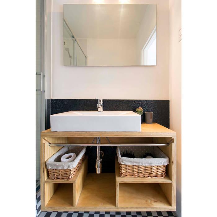 Departamento Santa Lucía: Baños de estilo  por Crescente Böhme Arquitectos,