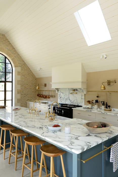 A Cotswold Barn by deVOL:  Kitchen by deVOL Kitchens,