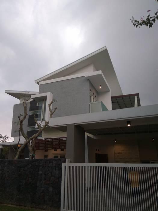 Telaga Golf House: Rumah oleh IDEANUSANTARA,
