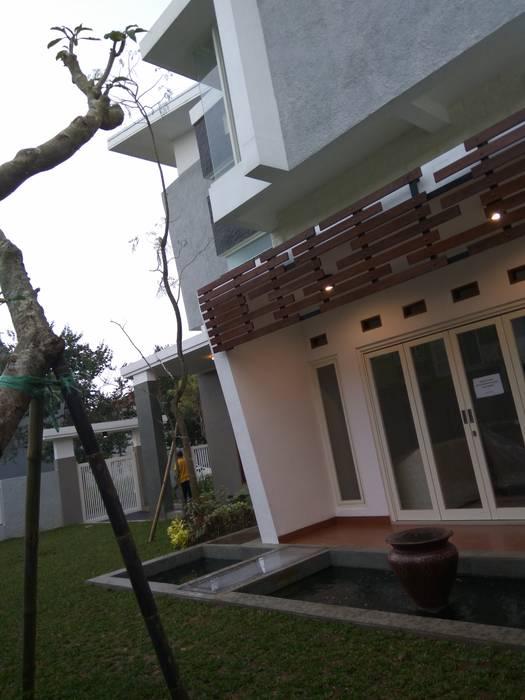 Telaga Golf House Balkon, Beranda & Teras Modern Oleh IDEANUSANTARA Modern