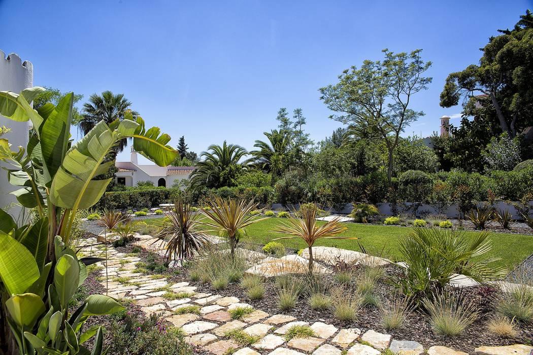 Jardim Contemporâneo com Áreas Espaçosas por Jardíssimo Moderno