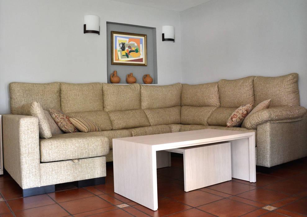 Classic style living room by Almudena Madrid Interiorismo, diseño y decoración de interiores Classic