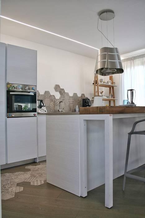 Cucina con isola: Cucina in stile  di A2pa