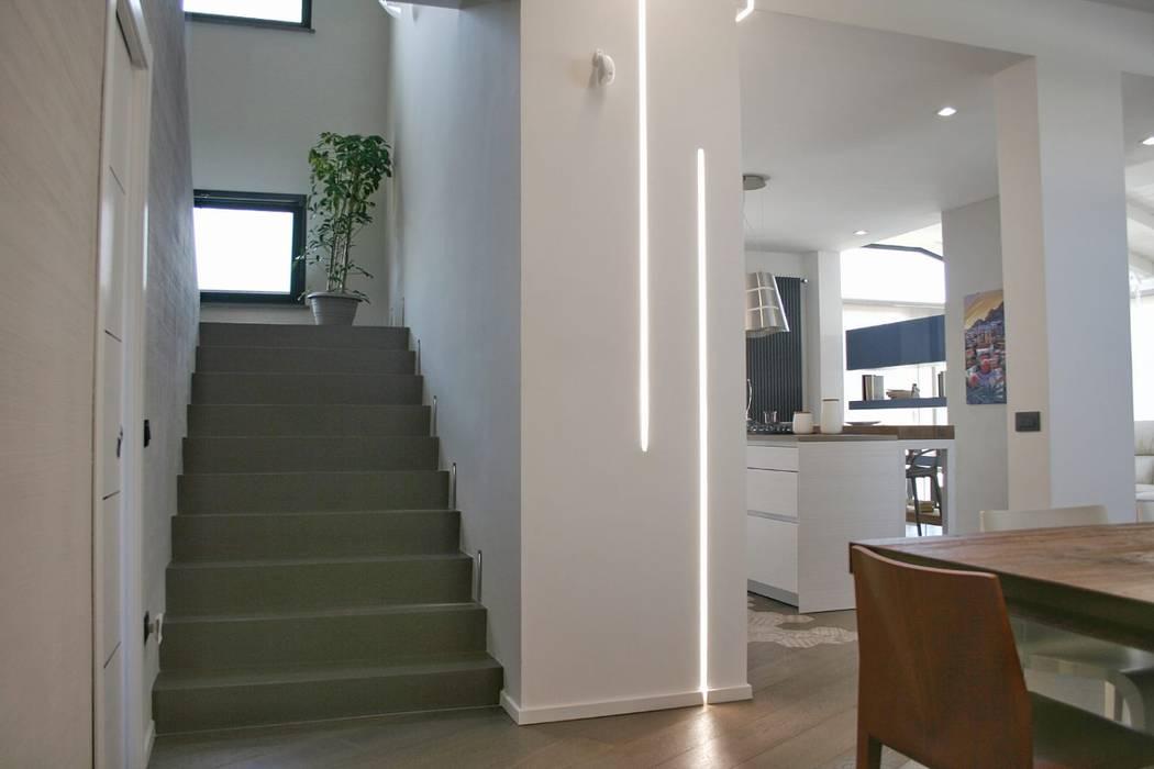 Ingresso e scala: Ingresso & Corridoio in stile  di A2pa