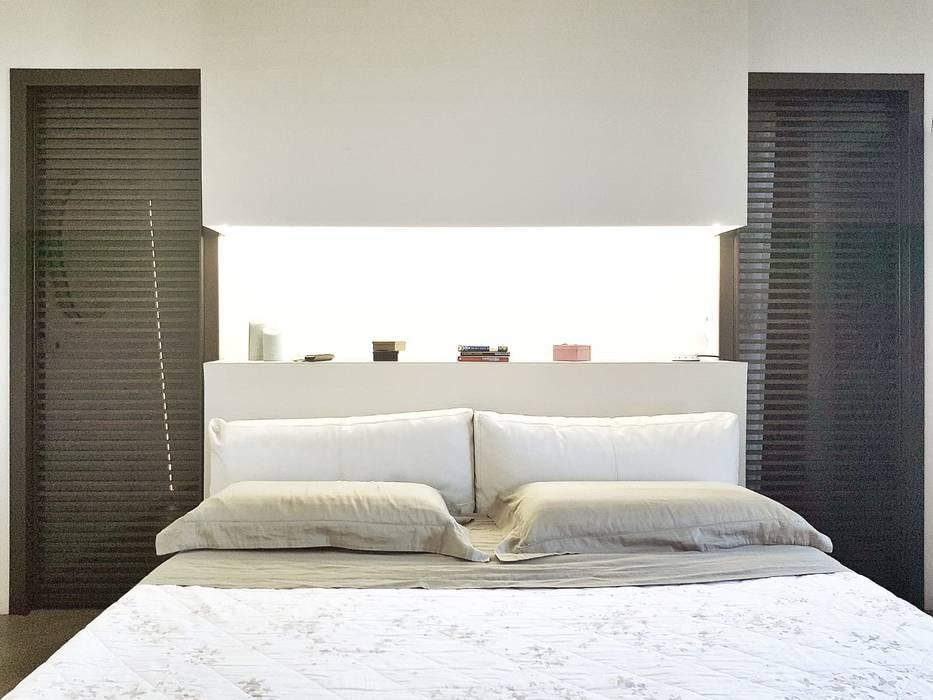 Testiera luminosa: Camera da letto in stile in stile Moderno di A2pa