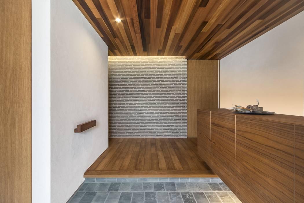 五日市の家: WORKS  WISEが手掛けた廊下 & 玄関です。