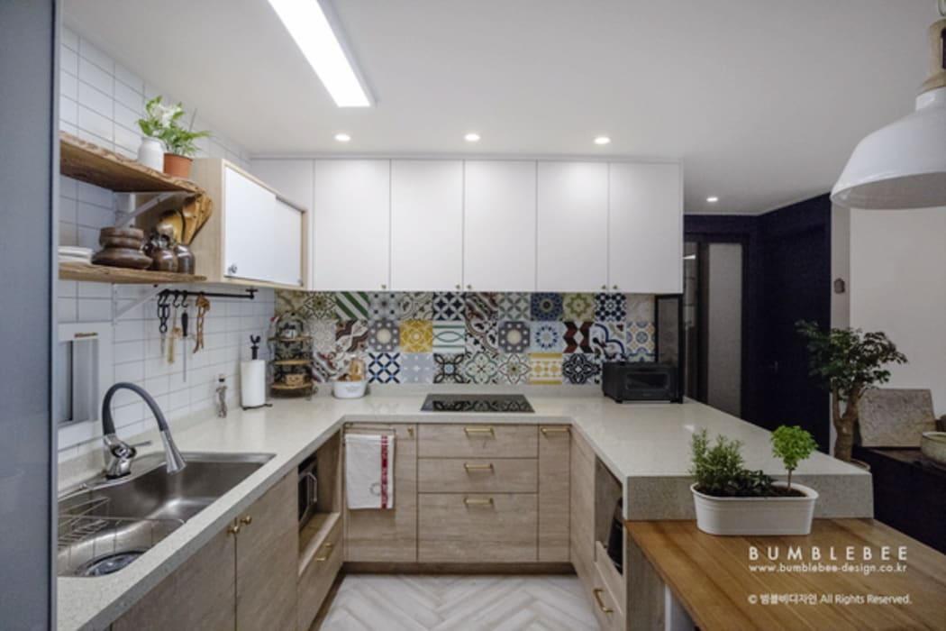 Built-in kitchens by 범블비디자인, Eclectic