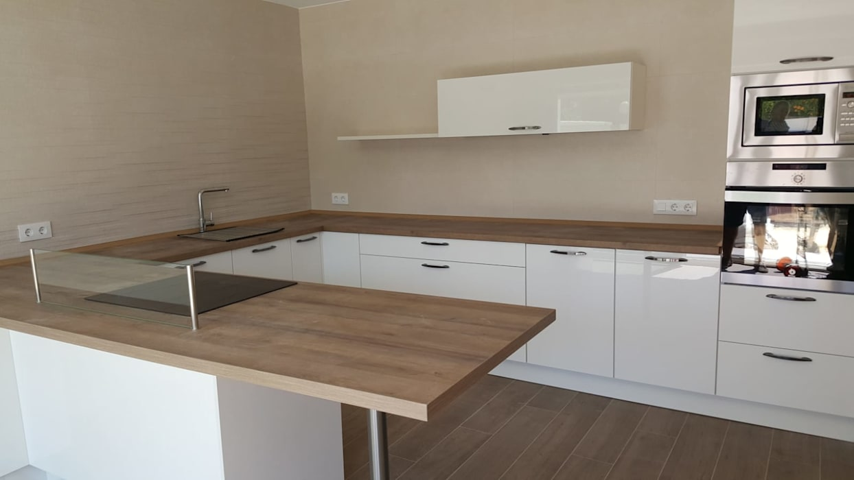 Mobiliario cocina blanco con encimera madera cocinas de - Encimera de madera para cocina ...