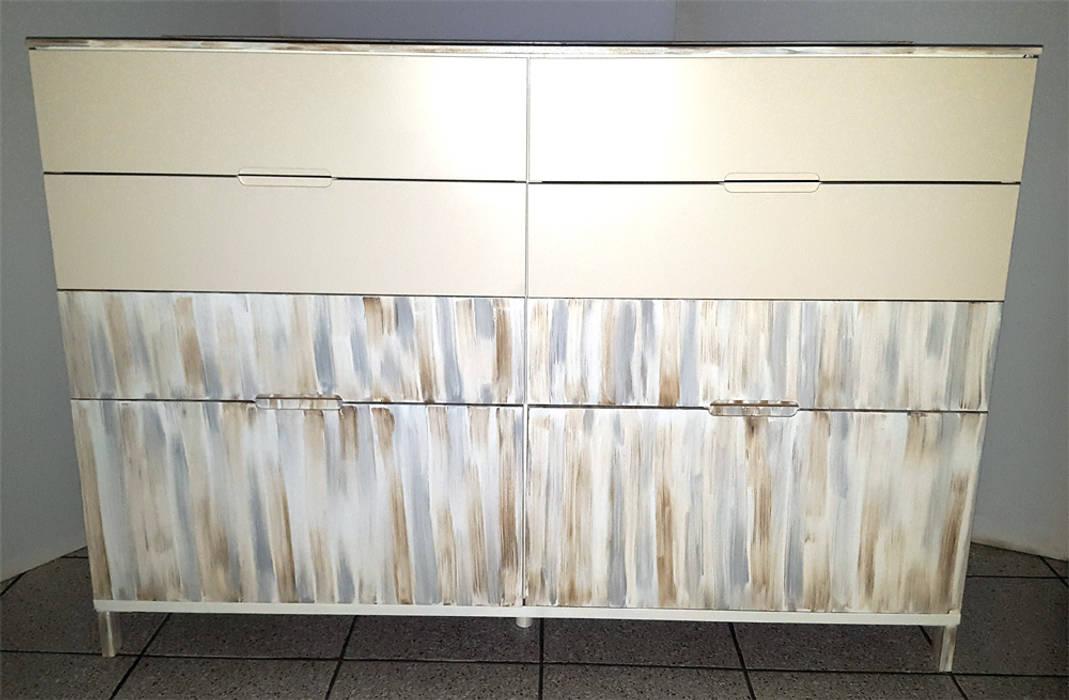 Cassettiera dopo il restyling secondo lo stile shabby-chic: Sala da pranzo in stile  di Dilegno InLegno