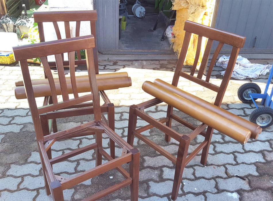 Sedie e gambe tavolo originali: Cucina attrezzata in stile  di Dilegno InLegno