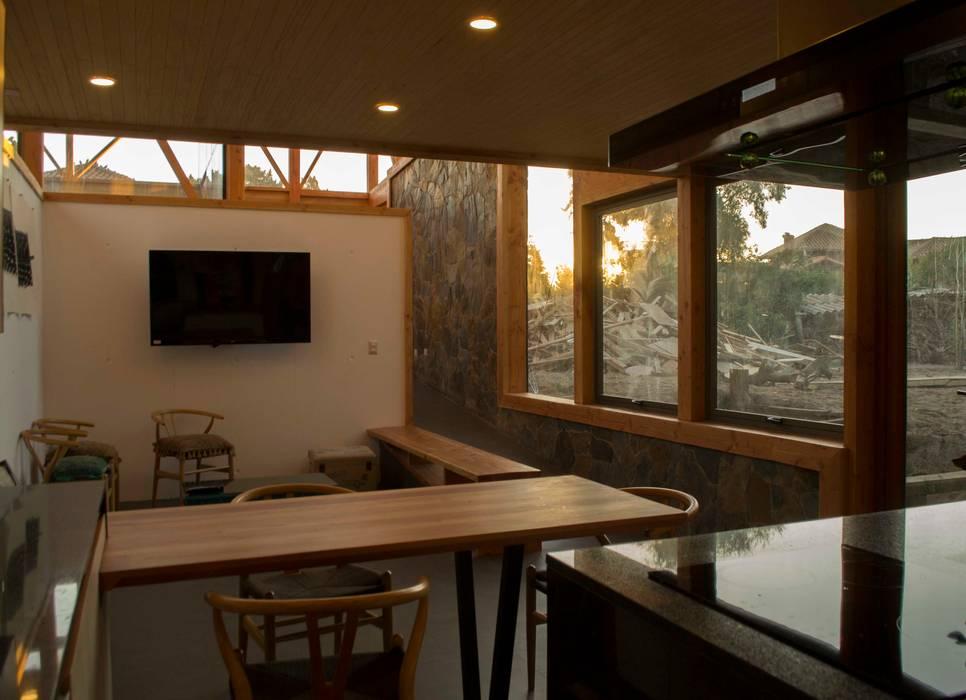 Cocina con vista al muro de piedra: Cocinas de estilo  por PhilippeGameArquitectos