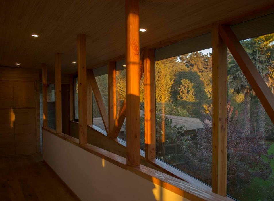 Corredores de Piezas Pasillos, vestíbulos y escaleras modernos de PhilippeGameArquitectos Moderno Madera Acabado en madera