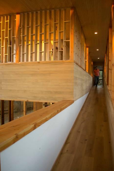 Rampa de madera: Pasillos y hall de entrada de estilo  por PhilippeGameArquitectos