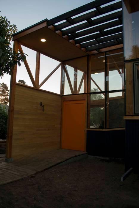Acceso principal: Pasillos y hall de entrada de estilo  por PhilippeGameArquitectos