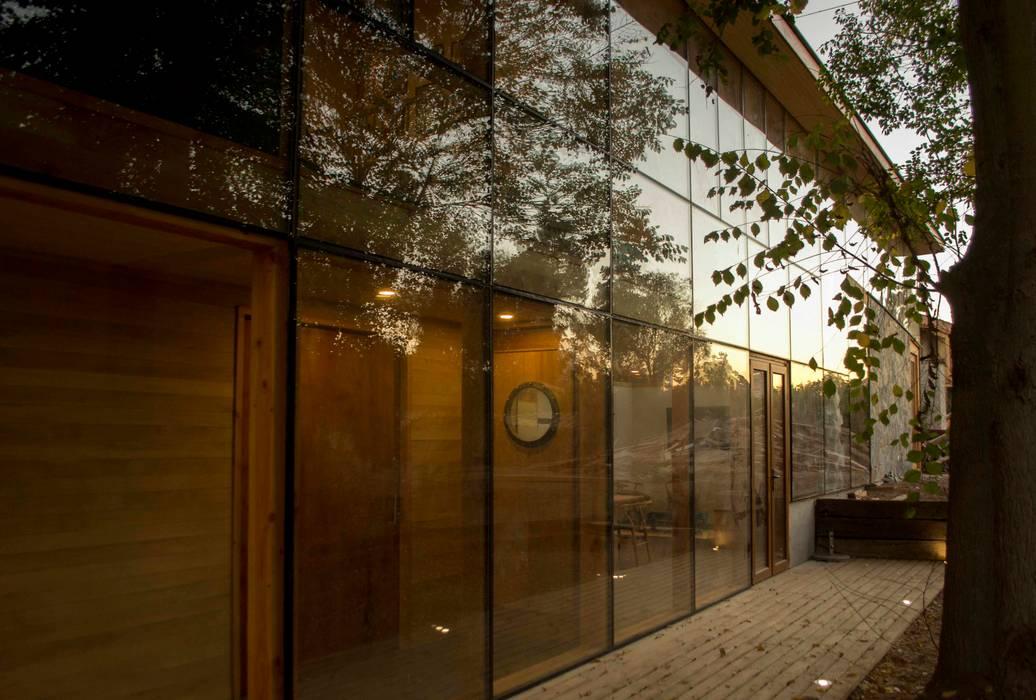 Vista desde el bosque al atardecer Puertas y ventanas modernas de homify Moderno Vidrio