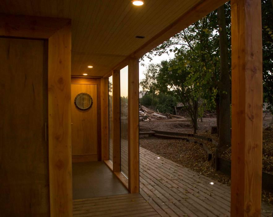 Acceso servicio: Pasillos y hall de entrada de estilo  por PhilippeGameArquitectos