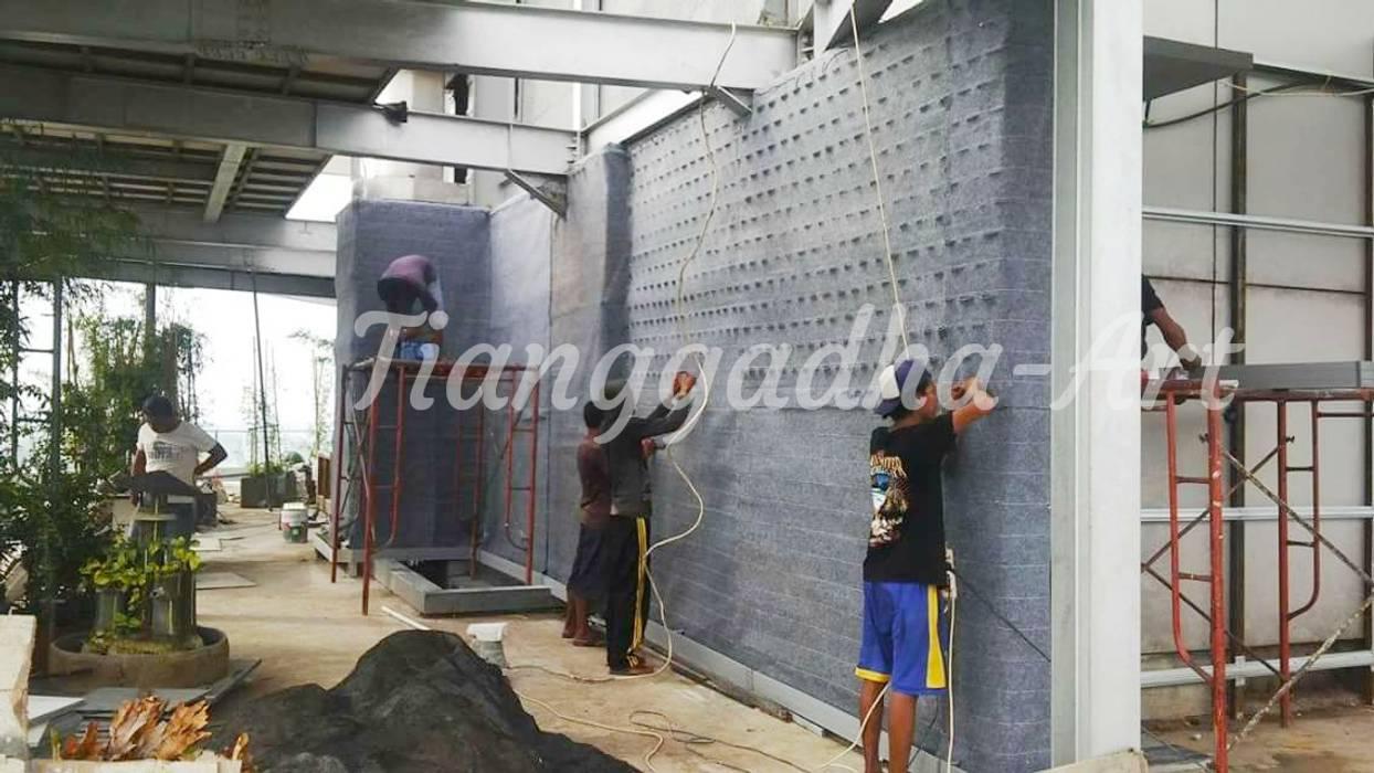 Pemasang Biotextile taman vertikal Oleh Tukang Taman Surabaya - Tianggadha-art Modern Aluminium/Seng
