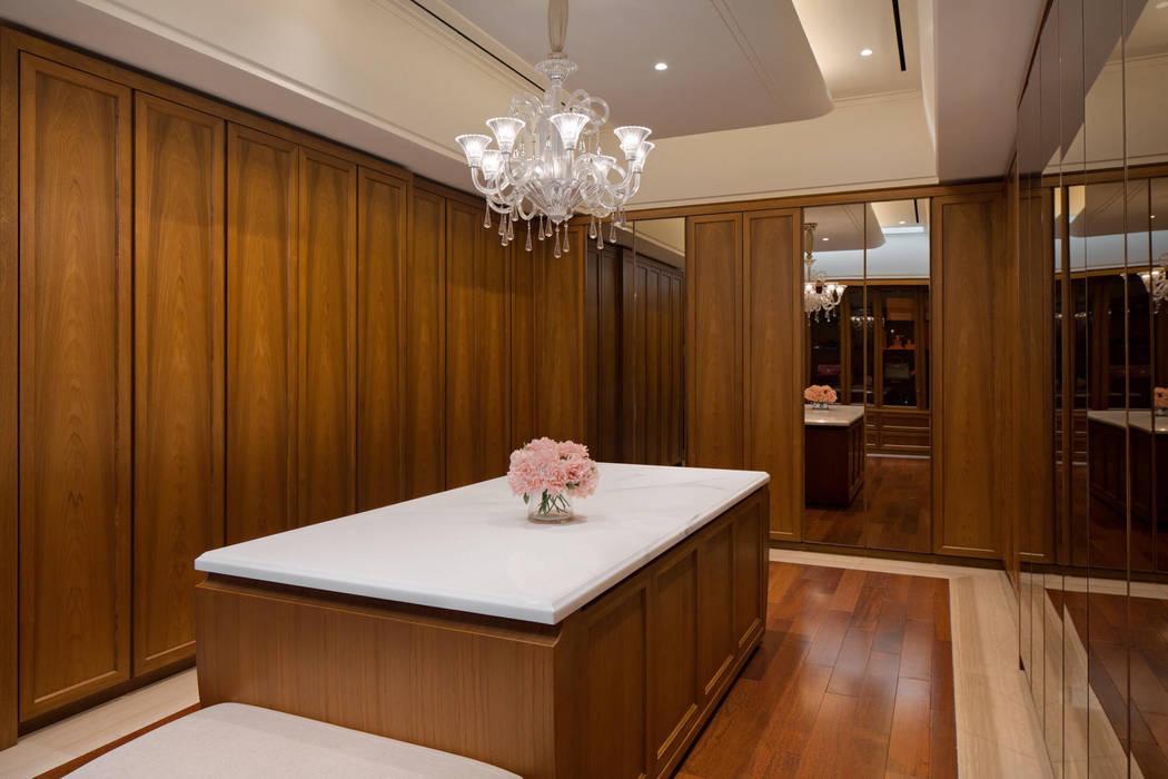 LP House: Ruang Ganti oleh ARF interior, Klasik Kayu Wood effect