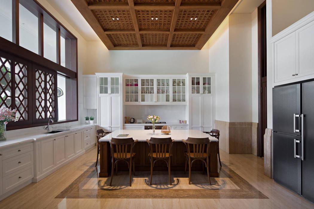 LP House: Ruang Makan oleh ARF interior,