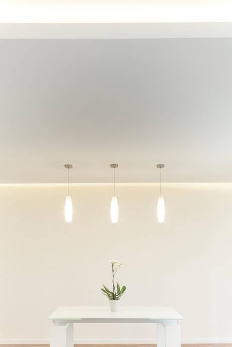 La sala da pranzo: Sala da pranzo in stile in stile Moderno di Stefano Ferrando
