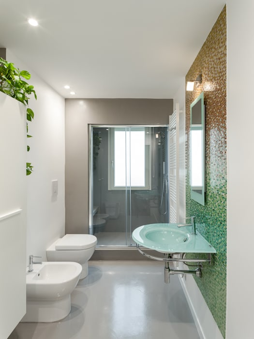 Il bagno principale: Bagno in stile in stile Moderno di Stefano Ferrando