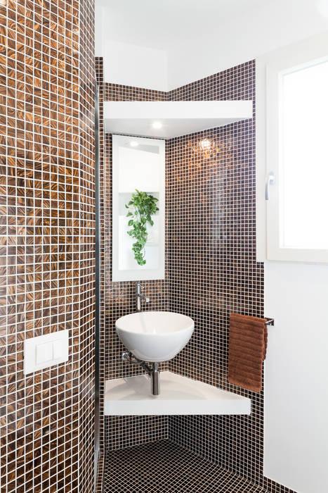 Il bagno: Bagno in stile in stile Moderno di Stefano Ferrando