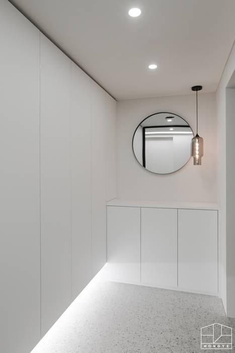 Modern corridor, hallway & stairs by 홍예디자인 Modern
