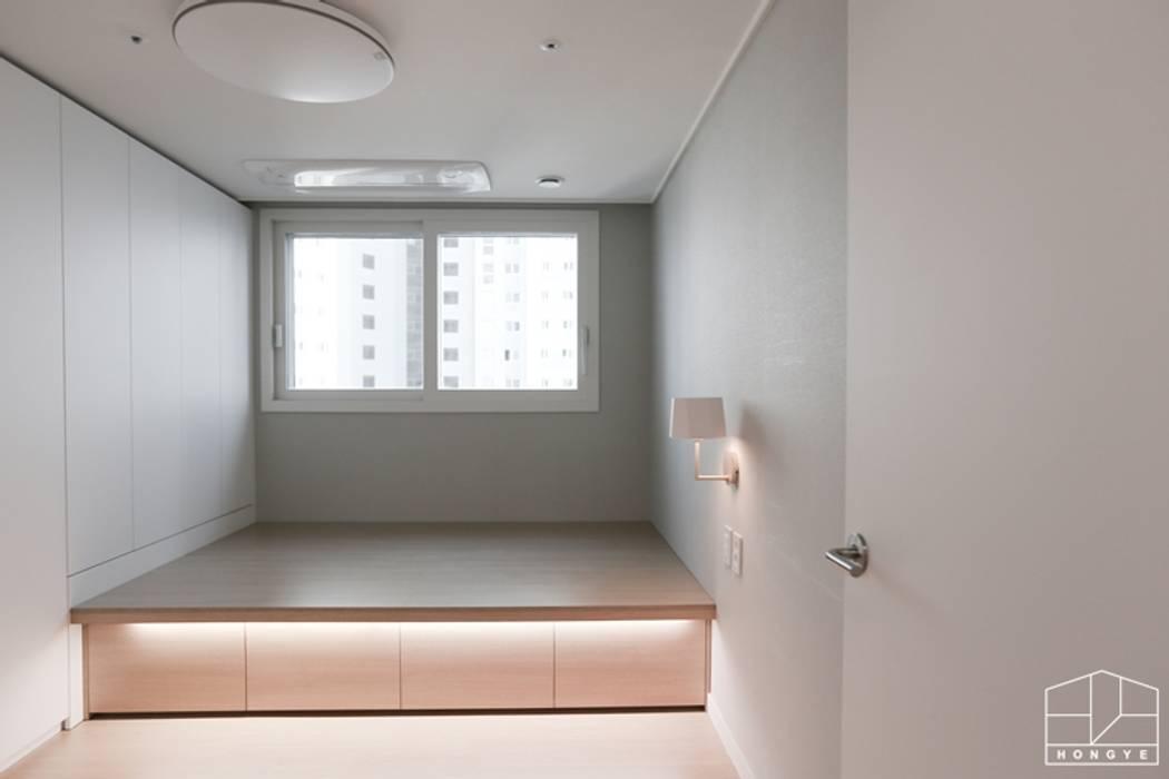 Projekty,  Sypialnia zaprojektowane przez 홍예디자인, Nowoczesny