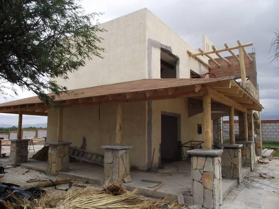 Дома на одну семью в . Автор – TECTUM Diseño & Construccion, Рустикальный ДПК